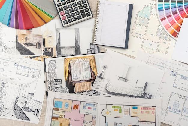 Architetto lavoro disegno schizzo piani cianografie con tavolozza dei colori per aiuto.