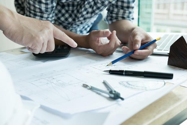 Architetto che lavora al progetto immobiliare con il partner sul posto di lavoro