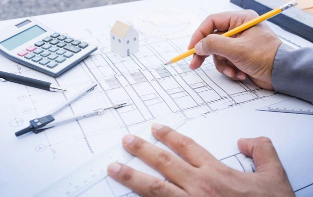 Architetto che lavora con la progettazione del piano