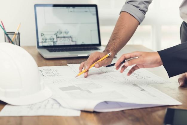 Architetti che discutono di un progetto in ufficio