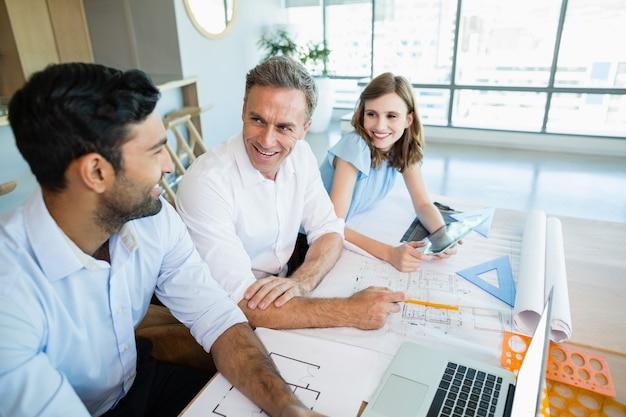 Architetti che discutono tra loro in sala conferenze