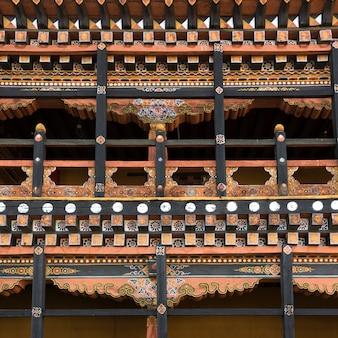 Dettaglio architettonico del rinpung dzong, distretto di paro, bhutan