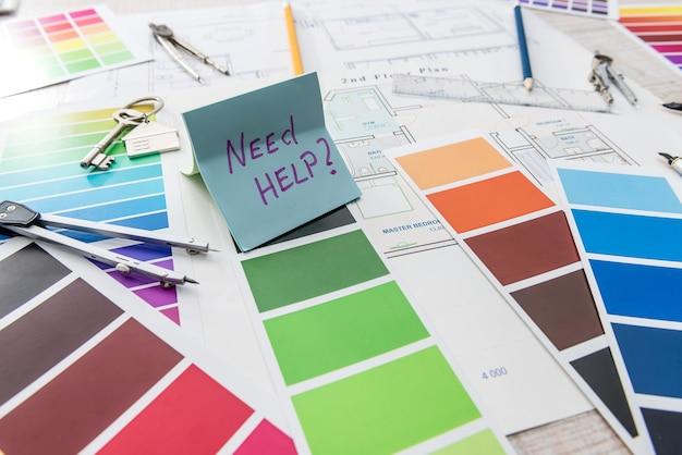 Concetto di edilizia architettonica e ingegneristica. tavolozza di colori disegni per lavori interni su cianografie pennello, adesivo