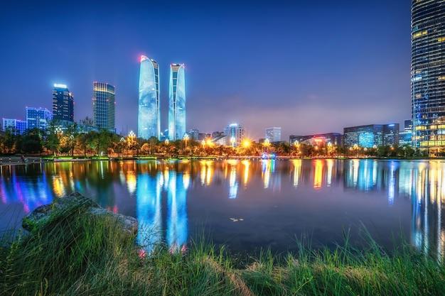 Vista notturna del paesaggio architettonico del centro finanziario di chengdu, sichuan