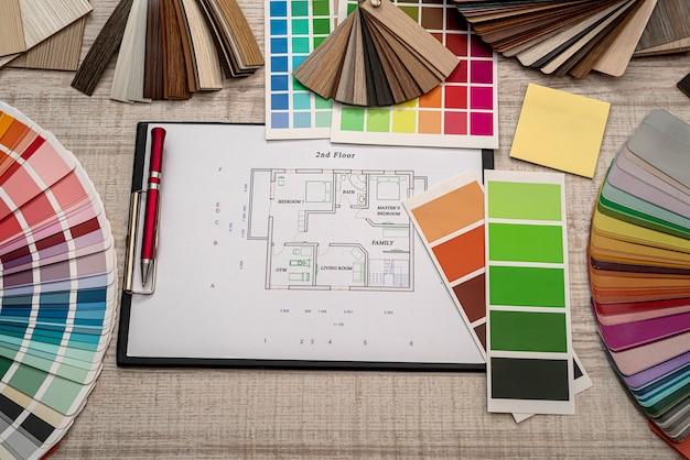 Progetto architettonico con tavolozza di campioni di colore, lavoro di designer. concetto di ristrutturazione