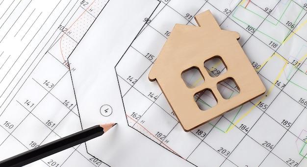 Progetto architettonico con matita e casetta in legno