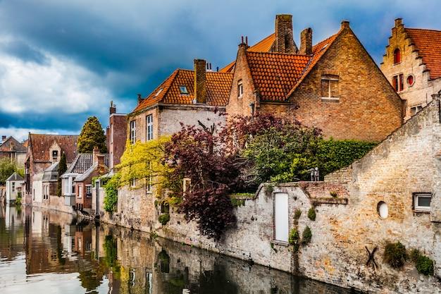 Architettura della città di bruges, case tradizionali vista sul canale