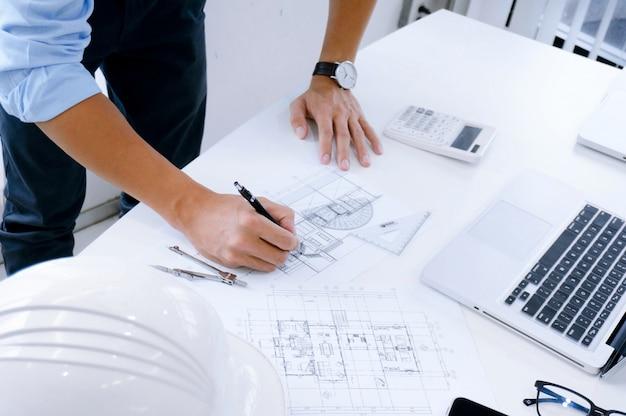 Architettura disegno sulla progettazione architettonica architettura aziendale edilizia costruzione e concetto di persone.
