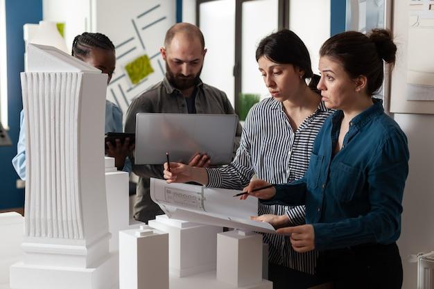 Lavoratori multietnici di architettura che si incontrano in ufficio