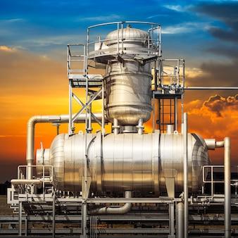 Architettura del sistema di tubazioni della centrale elettrica sullo sfondo del tramonto