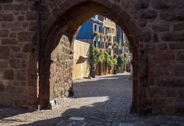 Architettura di riquewihr nell'alto reno alsazia francia