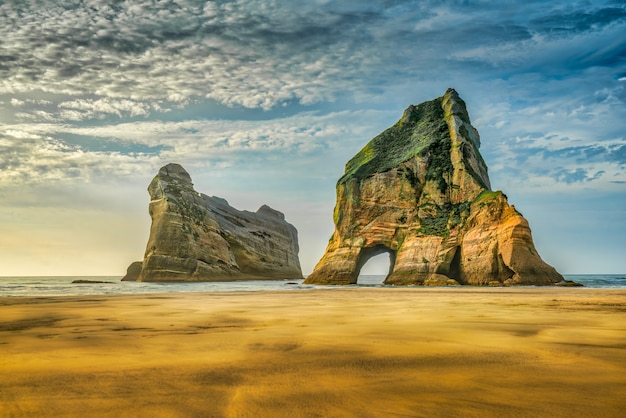 Archway islands off wharariki beach a nelson, nuova zelanda