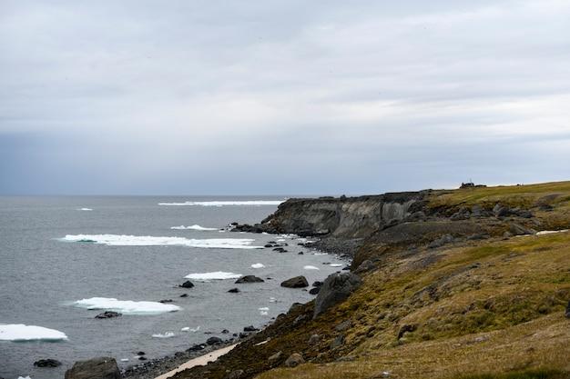 Paesaggio artico in estate. arcipelago di franz jozef land. capo flora, isola di gukera.