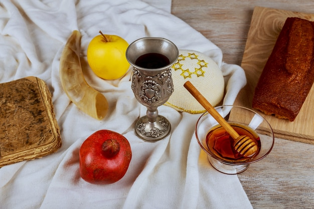 Sono i simboli della festa del capodanno ebraico di rosh hashanah sul tavolo sinagoga