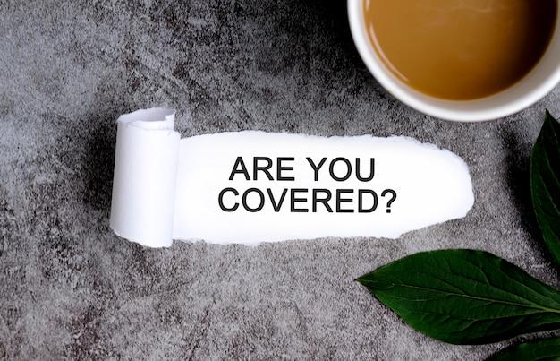 Sei coperto di tazza di caffè e foglia verde?
