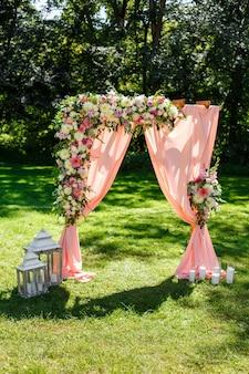 Area della cerimonia di matrimonio nel parco arredamento rustico ad arco rettangolare in legno