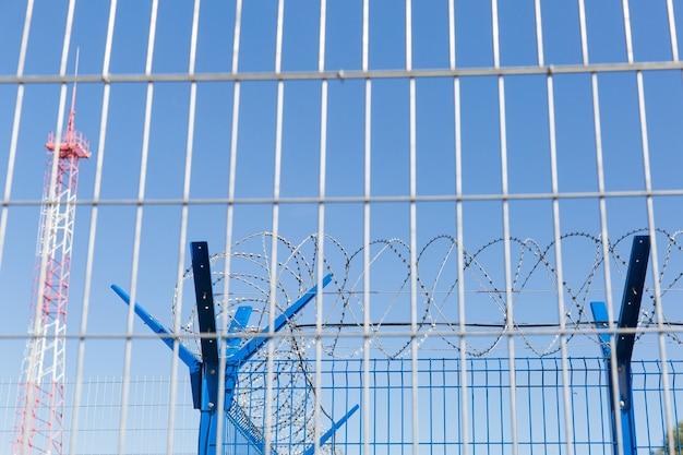 Area con filo spinato. area pericolosa territorio privato torre energetica