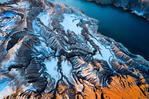 Vista areale colline sabbiose laghi fiumi terreno vecchie miniere di sabbia ricoperte di prima neve