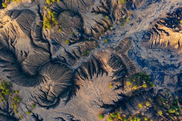 Vista areale colline sabbiose laghi fiumi terreno vecchie miniere di sabbia