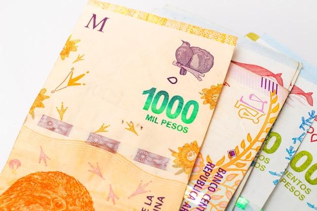Banconote di denaro argentino su una superficie bianca in fotografia ravvicinata