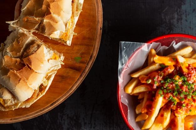 Panino argentino con patatine fritte milanesa lomito