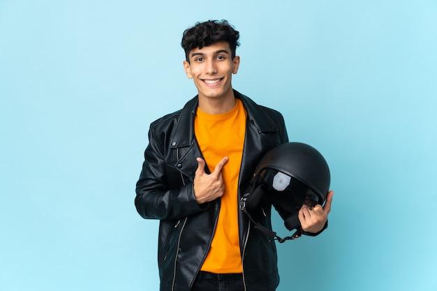Uomo argentino con un casco da motociclista con espressione facciale a sorpresa