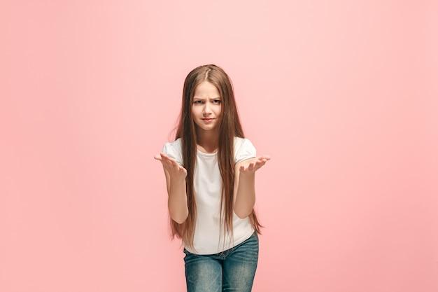 Argomentare, argomentare il concetto. bellissimo ritratto femminile a mezzo busto isolato sulla parete rosa. giovane ragazza teenager emotiva. emozioni umane, concetto di espressione facciale. vista frontale