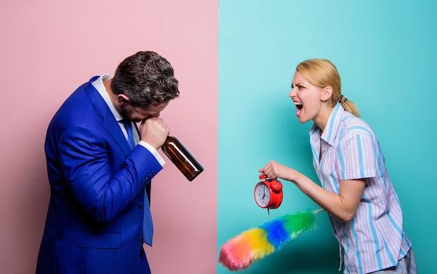 Litigare conflitto familiare casalinga e marito ubriaco carriera e pulizie coppia