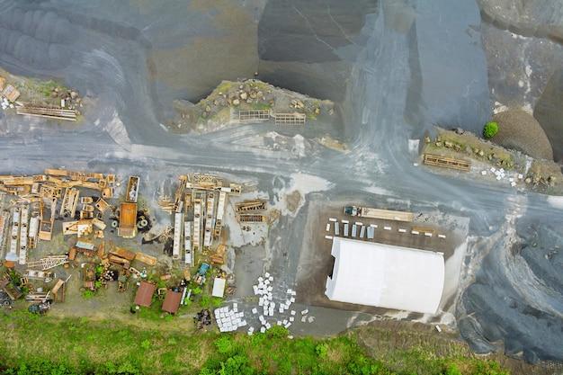 Vista aerea della ghiaia della miniera a cielo aperto in un frantoio per pietre in macchinari pesanti per l'estrazione mineraria in cave a cielo aperto