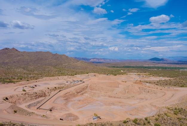 Deserto dell'arizona vista sopra le cave minerarie come miniere dall'alto vista aerea dell'escavatore in miniera a cielo aperto nell'industria pesante