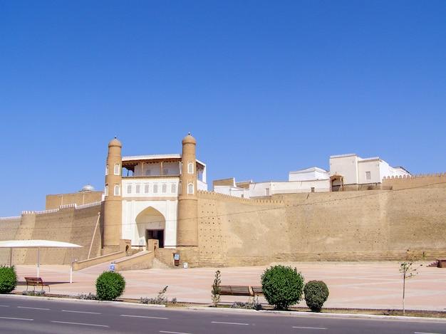 L'arca è l'antica fortezza di bukhara. punto di vista dell'entrata della porta principale della vecchia città ark ark