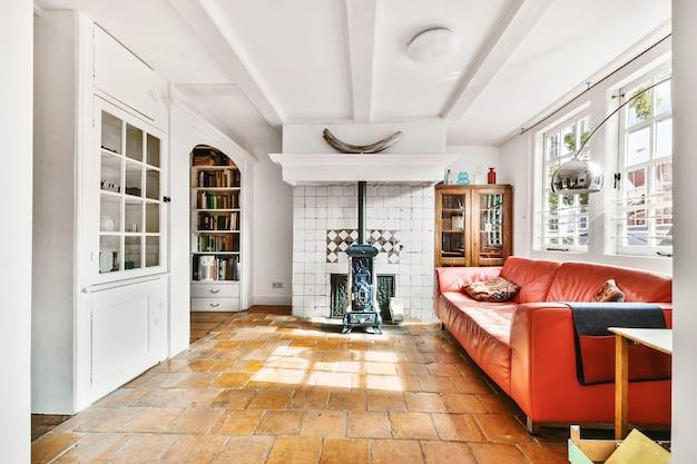 Poltrone e divani disposti intorno al tavolo nel soggiorno luminoso di una casa moderna