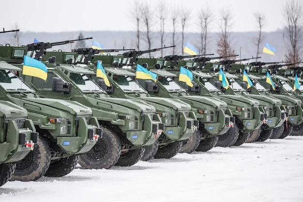 Forze armate dell'ucraina. veicoli militari e blindati presso il centro internazionale per la pace e la sicurezza prima di trasferirlo nella zona del conflitto militare