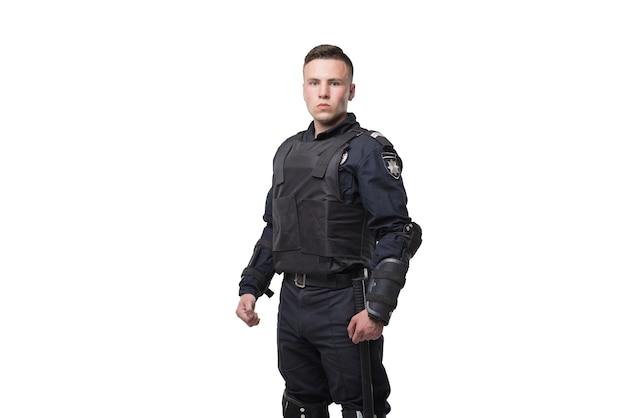 Ufficiale di polizia armato isolato su bianco