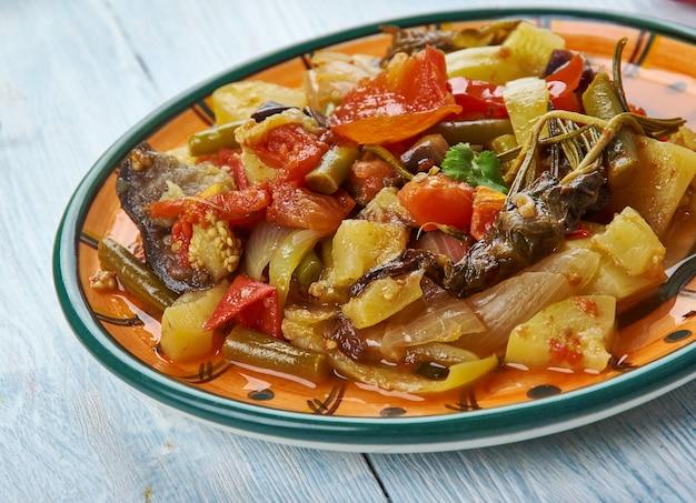 Stufato di verdure armeno, prepara lo stufato con zucchine, melanzane e fagioli.