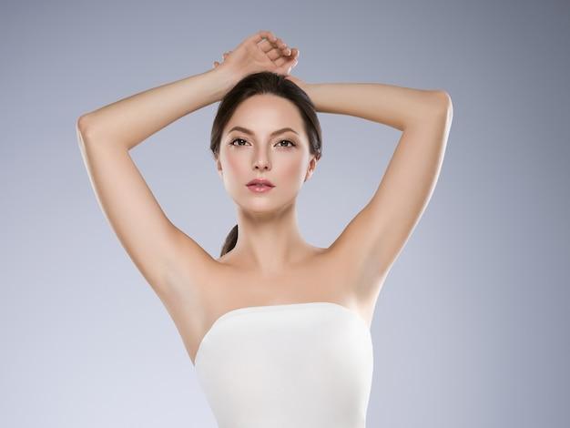 Il concetto di depilazione della donna dell'ascella passa la pelle pulita colpo dello studio.