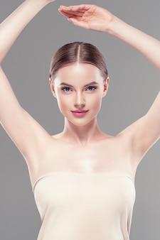 La donna dell'ascella passa il concetto di depilazione di cura del deodorante. colpo dello studio.