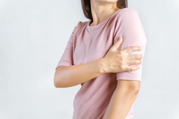 Dolore alle braccia. bella donna che soffre di dolorosa sensazione nei muscoli del braccio. concetto di assistenza sanitaria e medica.