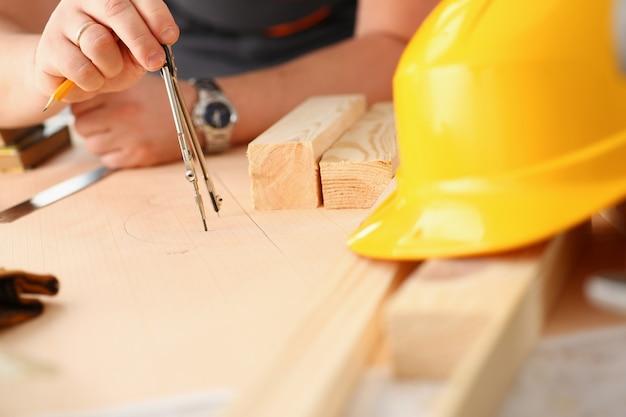 Armi del lavoratore che fanno il primo piano di piano della struttura