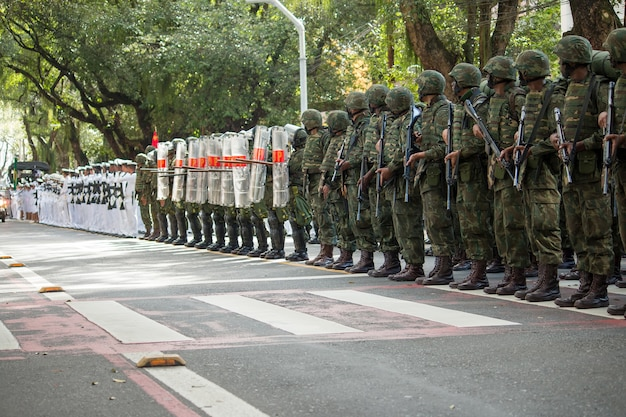 Soldati dell'esercito e dell'aeronautica militare in parata