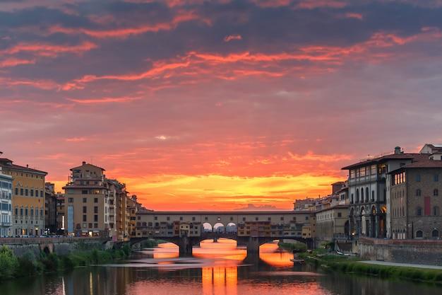 Arno e ponte vecchio al tramonto a firenze, italia