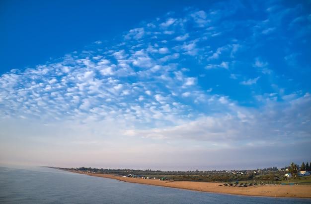 Arobat arrow tra le splendide acque del mare, vista dall'alto del drone