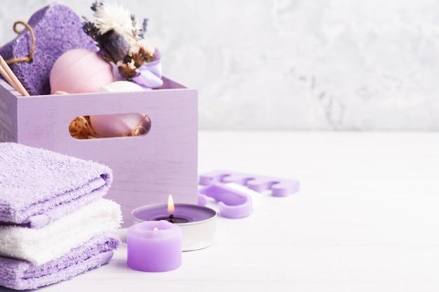 Bombe aromatiche da bagno, pomice viola e lavanda in cornice spa in cassetta di legno