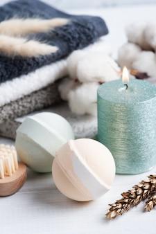 Bombe da bagno aromatiche in composizione spa con fiori secchi e asciugamani