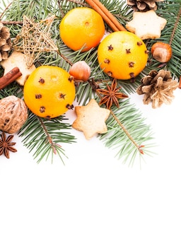 Aroma di natale - abete, mandarini e spezie. design del bordo