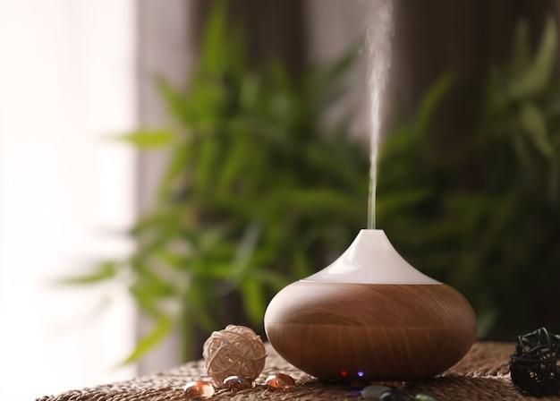 Lampada aromatica sul tavolo di vimini
