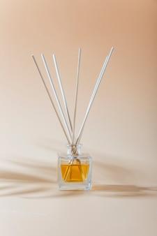 Liquido aromatico in bottiglia di vetro con bastoncini