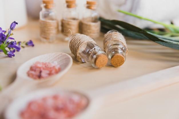 Sale aromatico vicino alle bottiglie