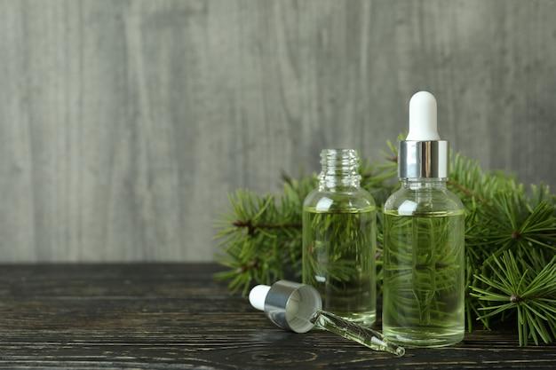 Concetto di aromaterapia con olio di pino sul tavolo di legno
