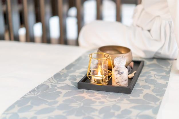 Erba aromatica e candela sopra il letto